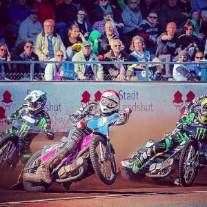 Kai im Positionskampf gegen den Mehrfachen Weltmeister Greg Hancock und seinem Monster Energy Team Partner Paweł Przedpełski - (c) Niklas Breu